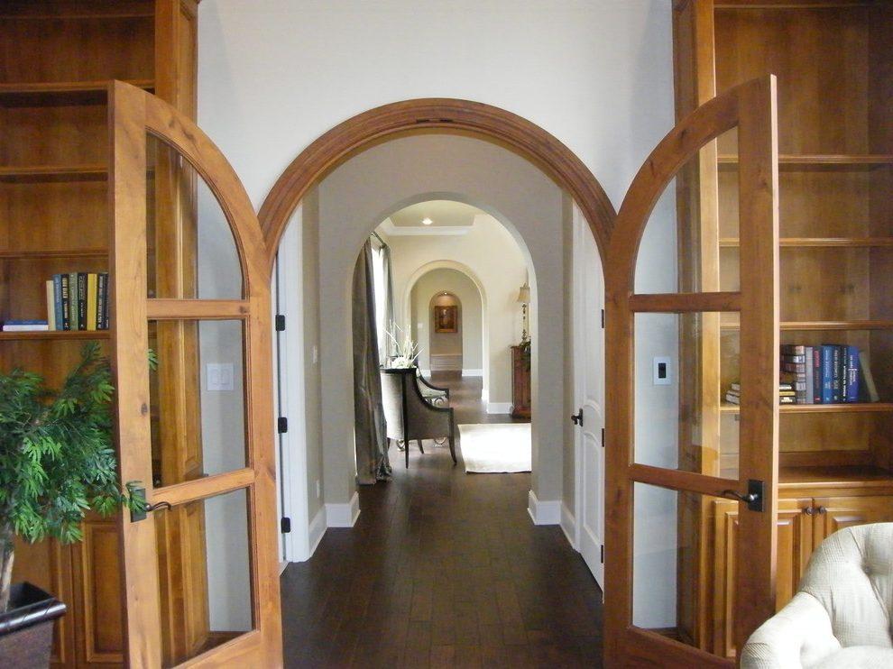 Дизайн коридора с аркой и дверями