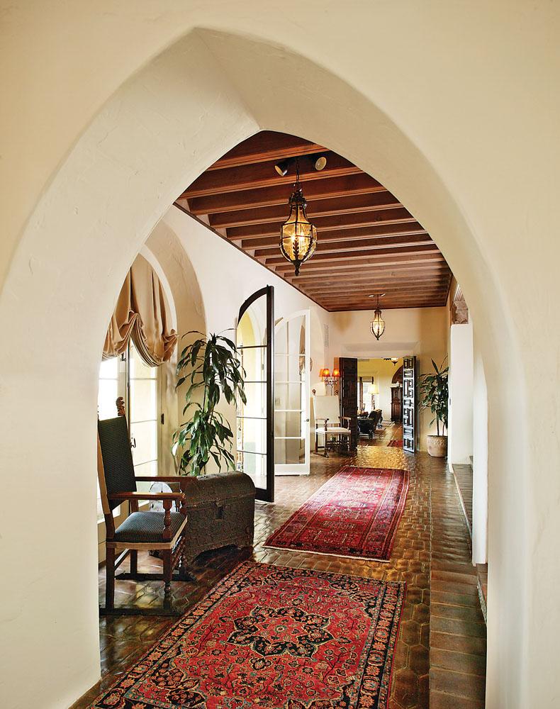 Дизайн коридора с аркой в эклектичном стиле