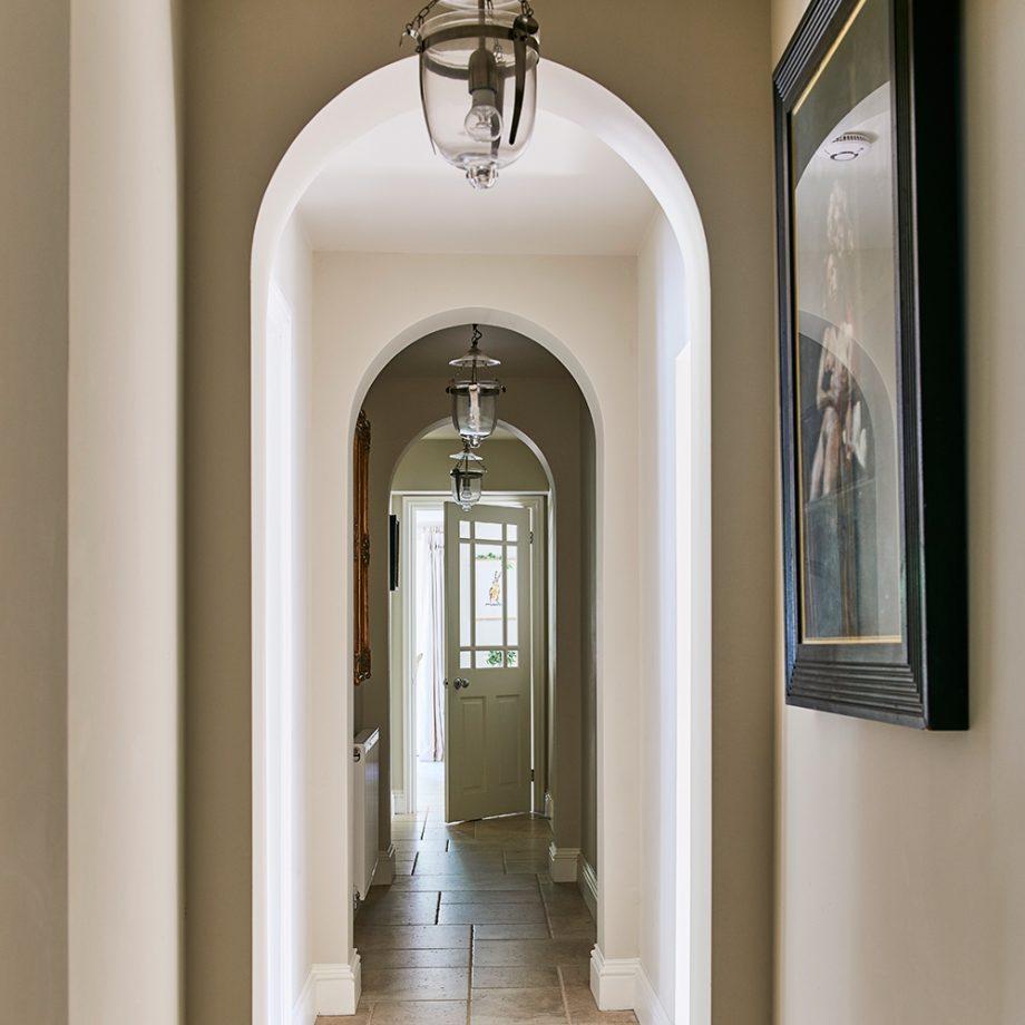 Дизайн коридора с аркой во французском стиле