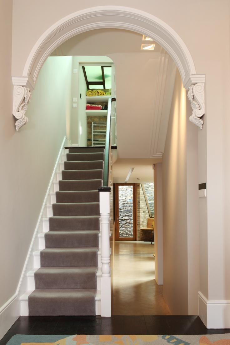 Дизайн коридора с аркой и гипсовым декором