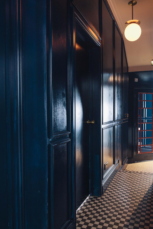 Синяя глянцевая краска в интерьере коридора