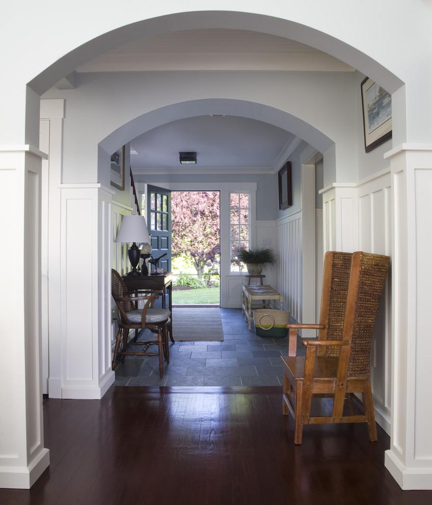 Дизайн коридора с аркой голубой