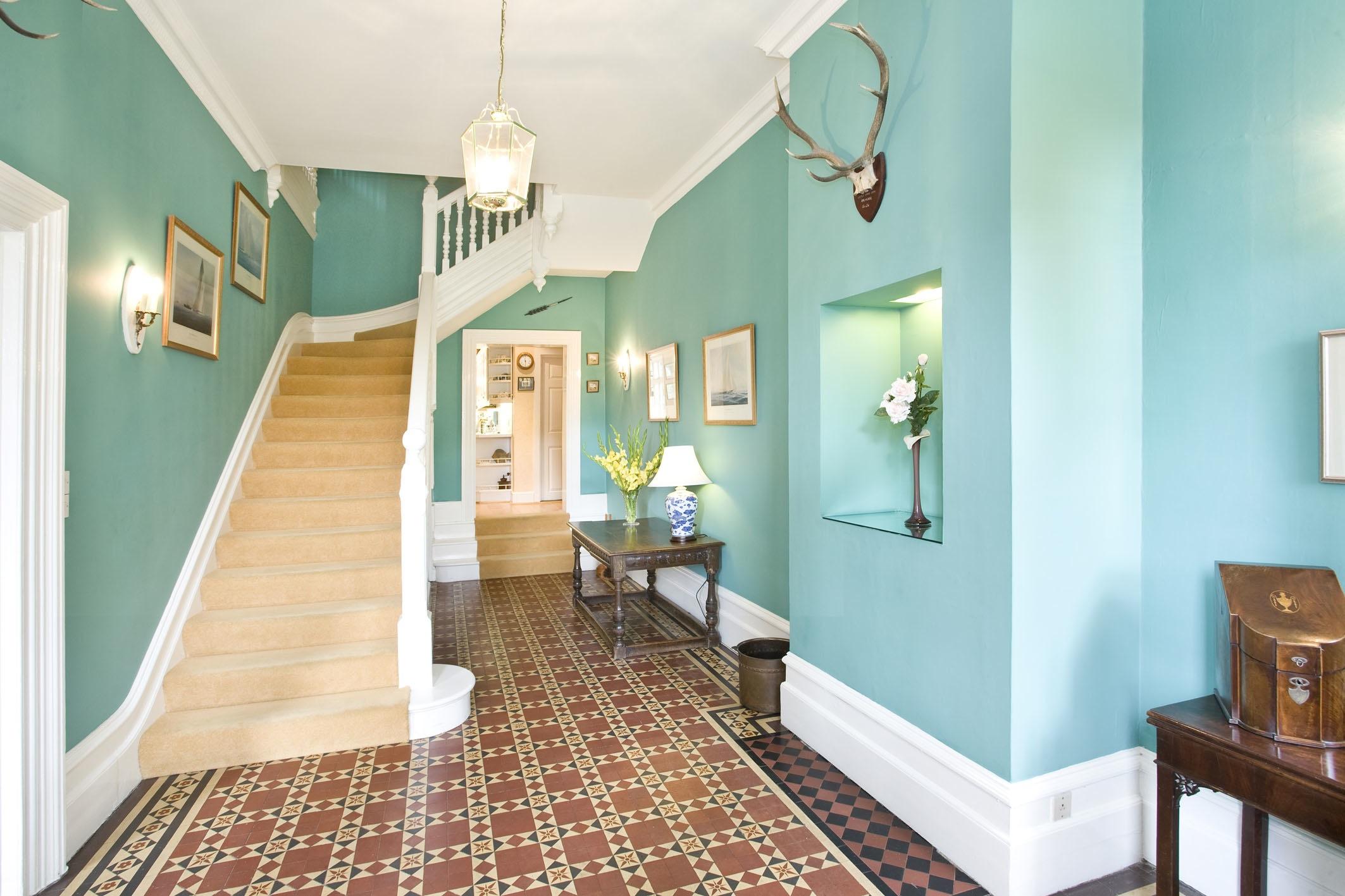 Голубой цвет в интерьере коридора