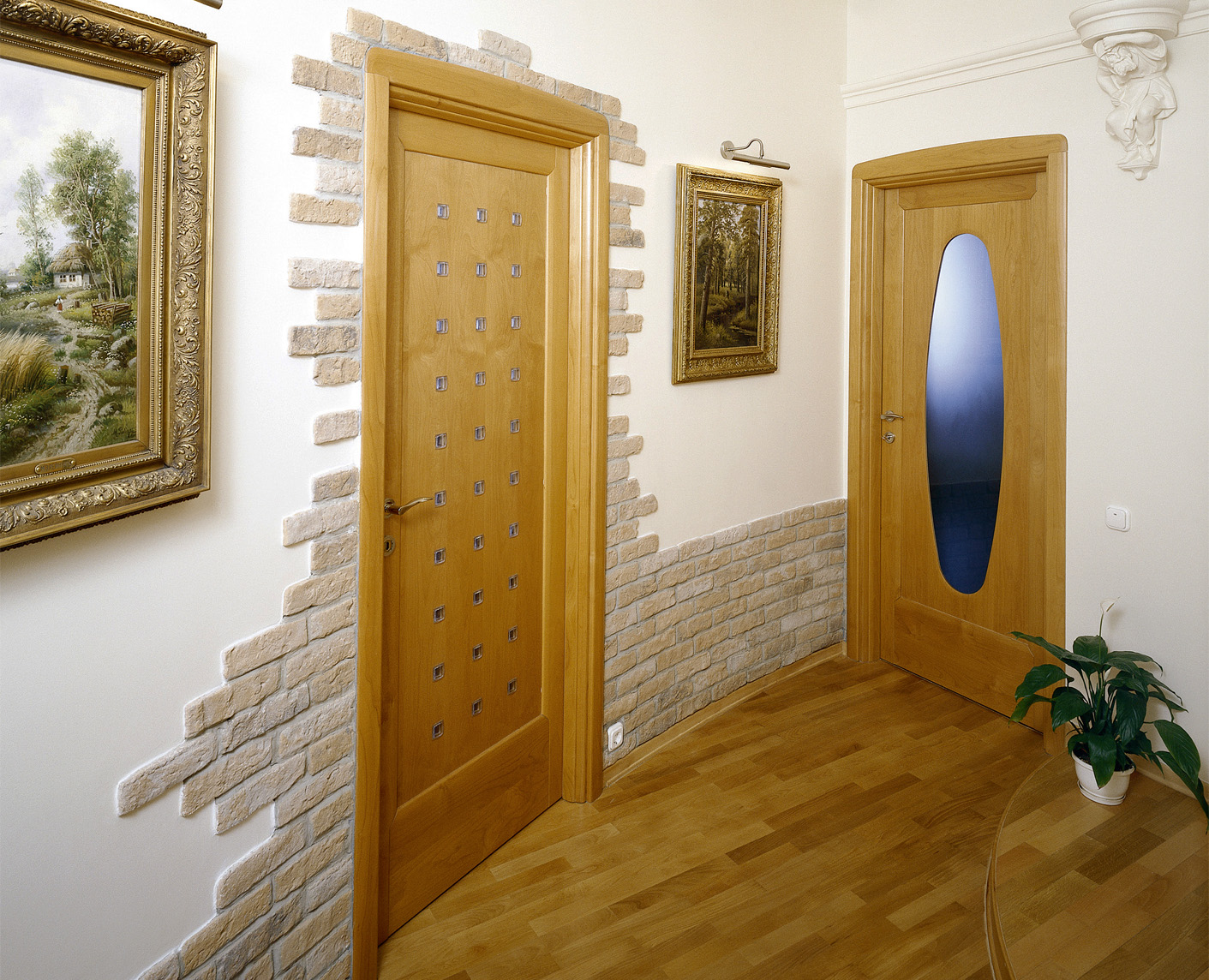 Отделка коридора панелями под камень