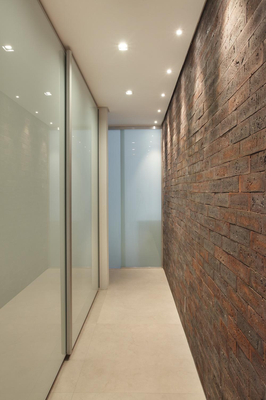 Интерьер коридора с каменной отделкой