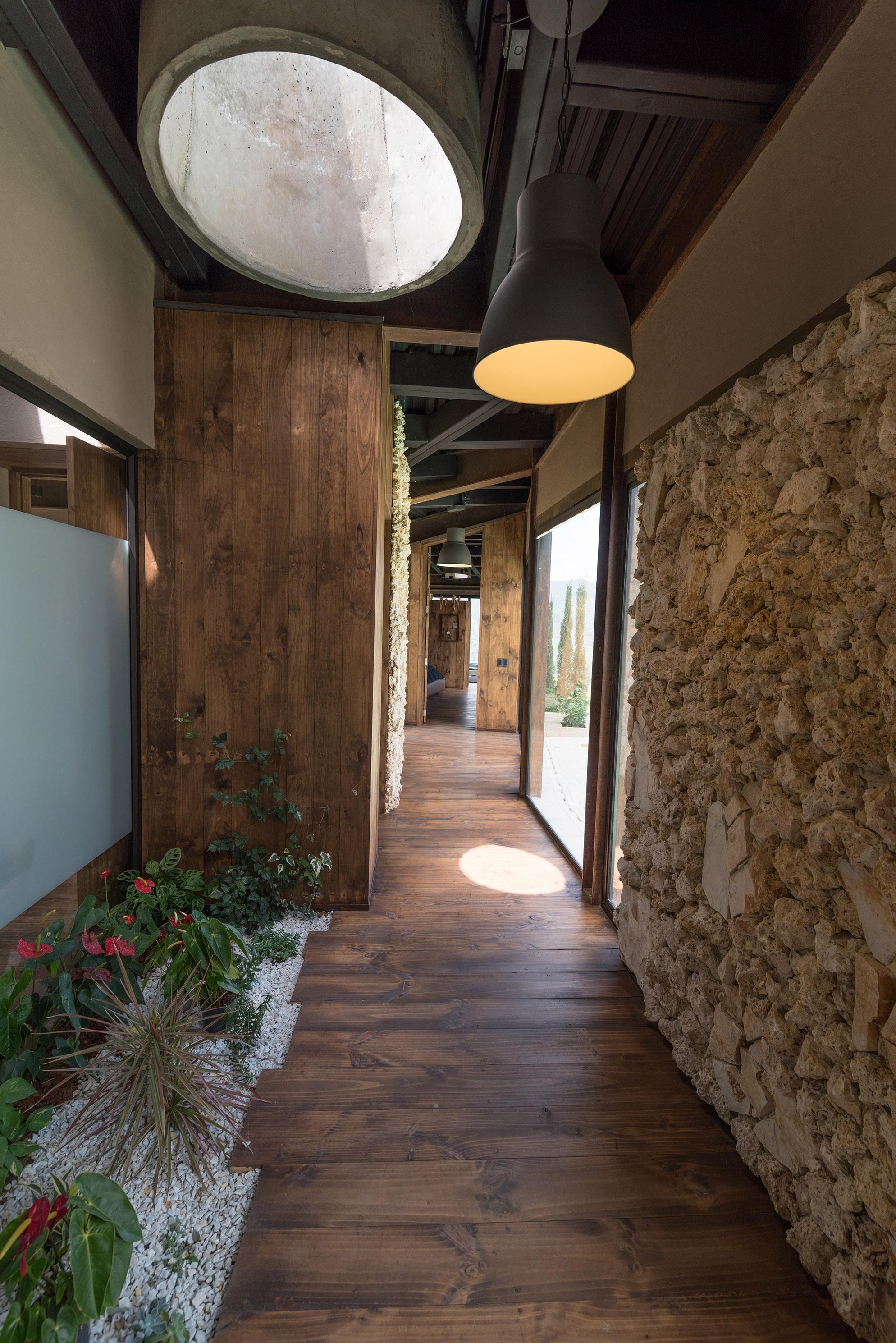 Интерьер коридора в стиле кантри