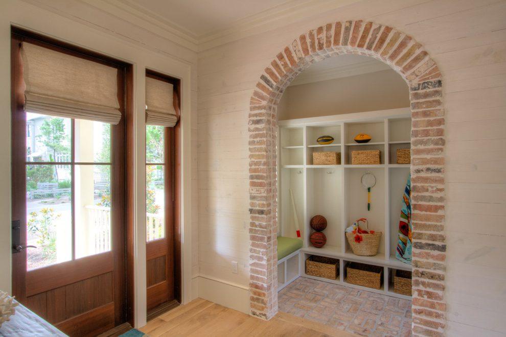 Дизайн коридора с аркой из кирпича