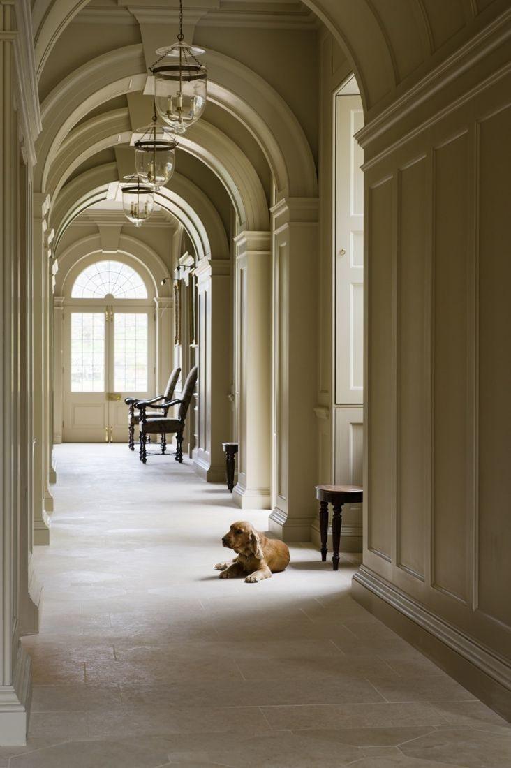 Дизайн коридора с аркой в колониальном стиле