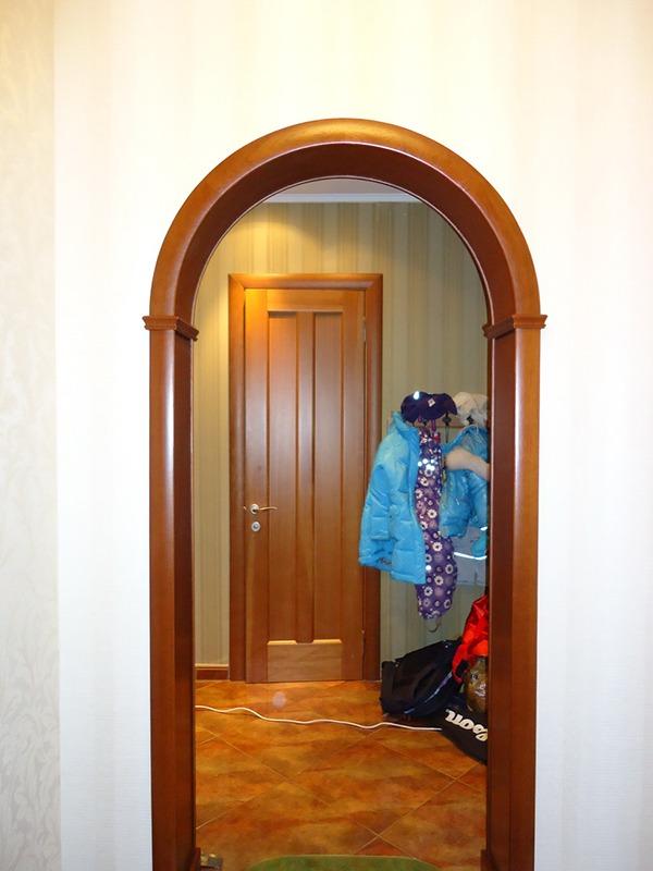 Коридор с деревянной аркой
