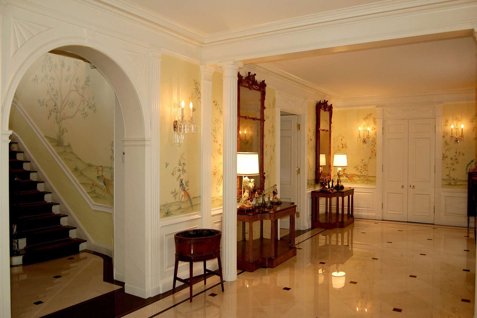 Дизайн коридора с аркой крашеной