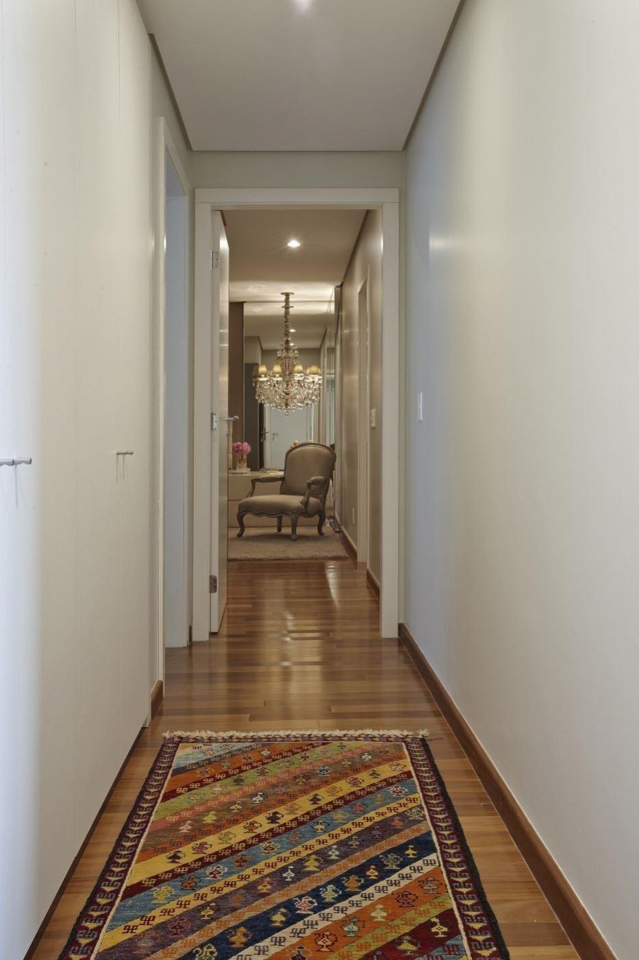 Крашеные стены в интерьере коридора