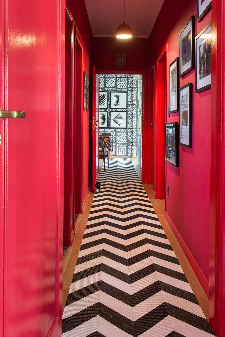 Красный цвет в интерьере коридора
