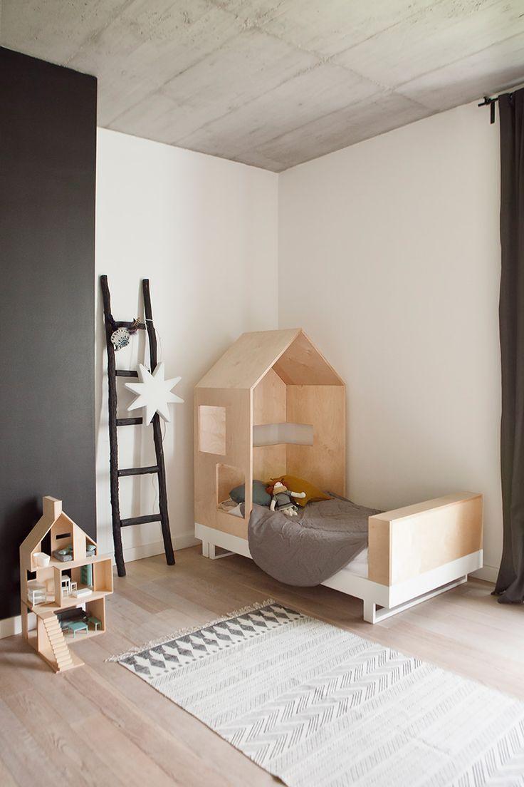 Эконом дизайн детской комнаты с кроватью из фанеры