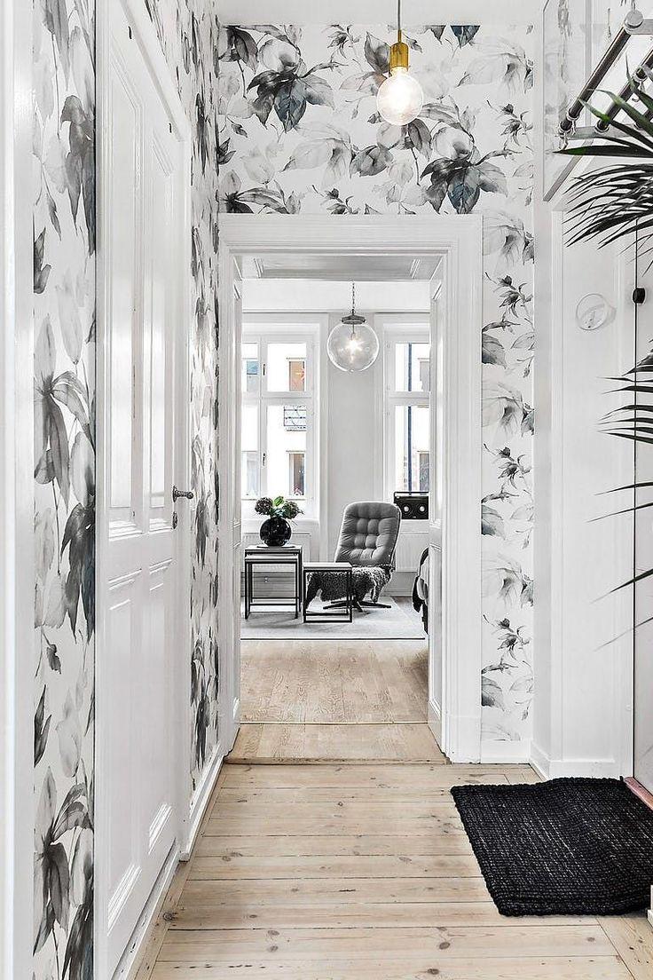 Отделка коридора обоями с крупным рисунком