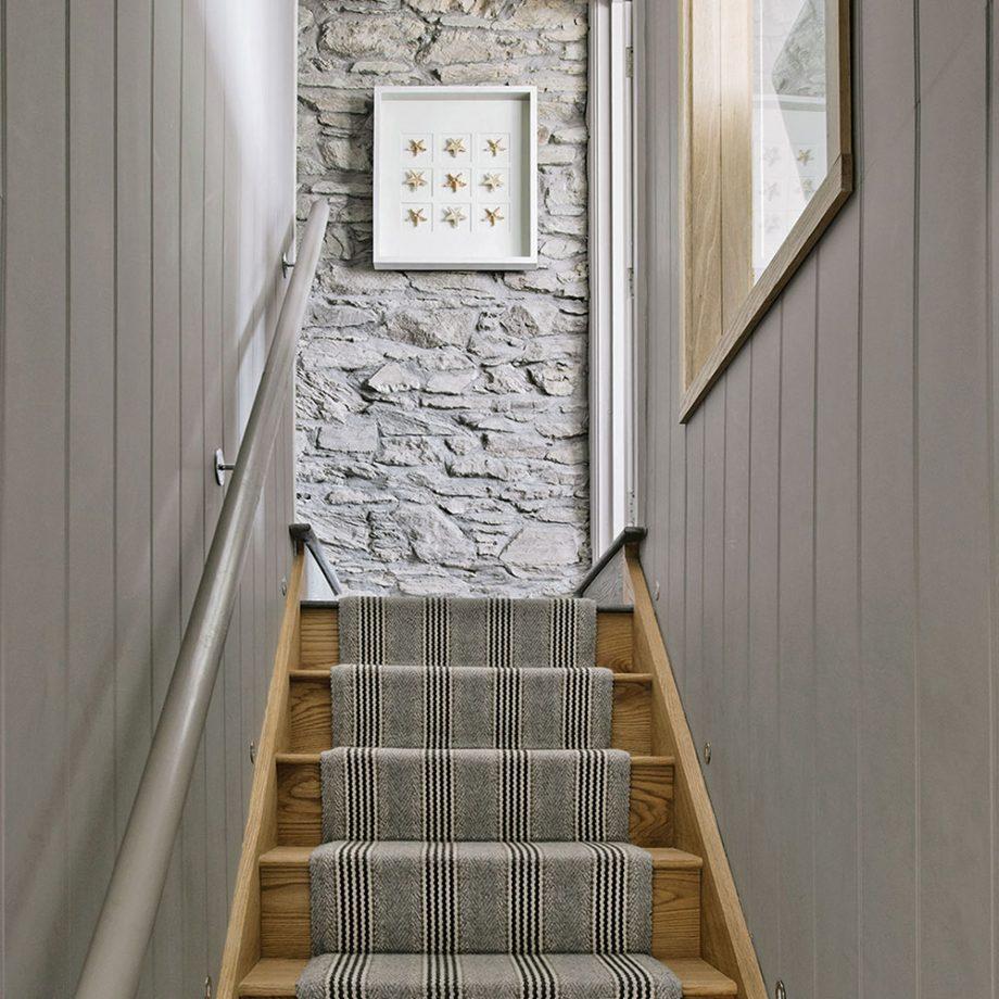 Отделка коридора панелями на лестнице