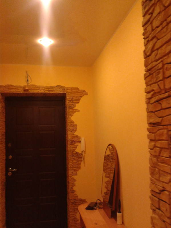 Обои и камень в коридоре