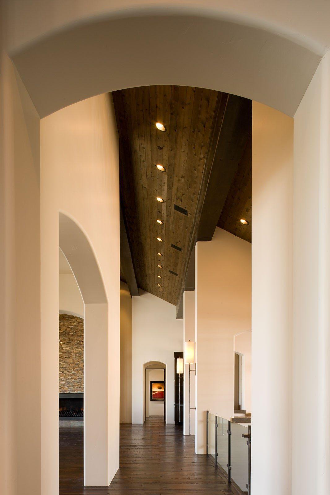 Дизайн коридора с аркой в особняке