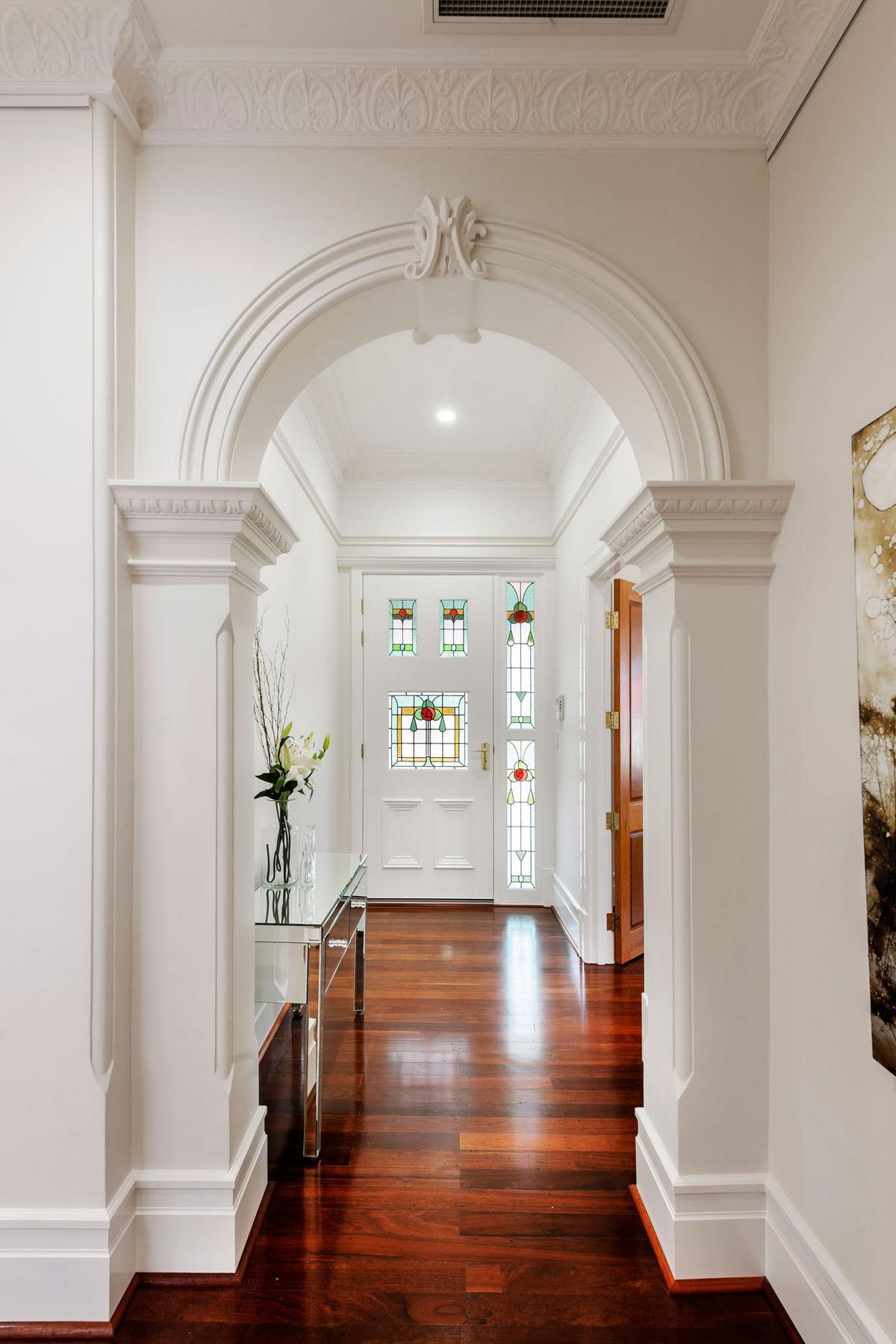 Дизайн отделки арки в коридоре