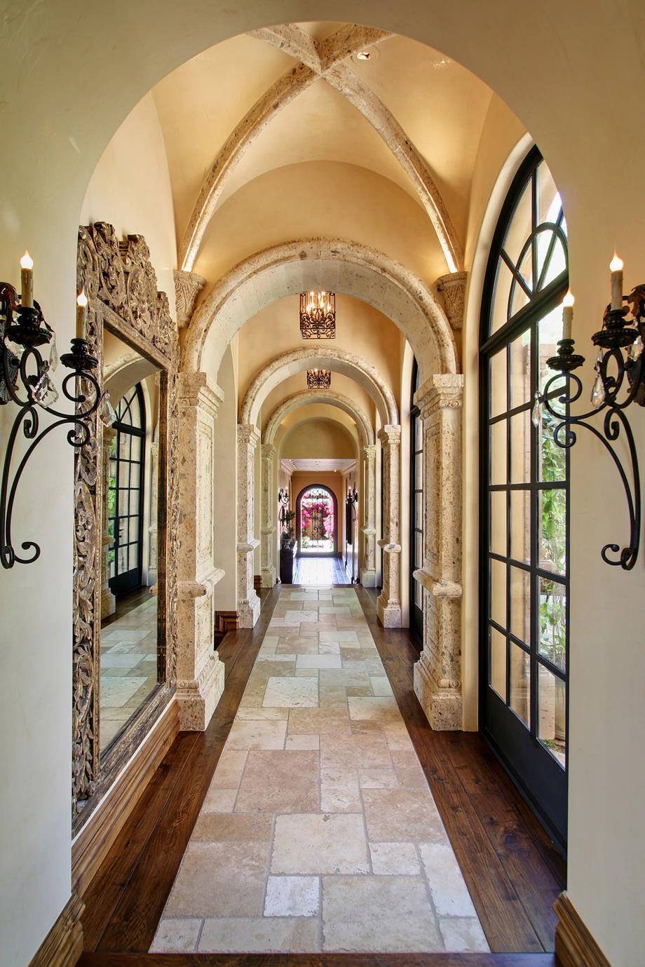 Дизайн коридора с аркой из плитки