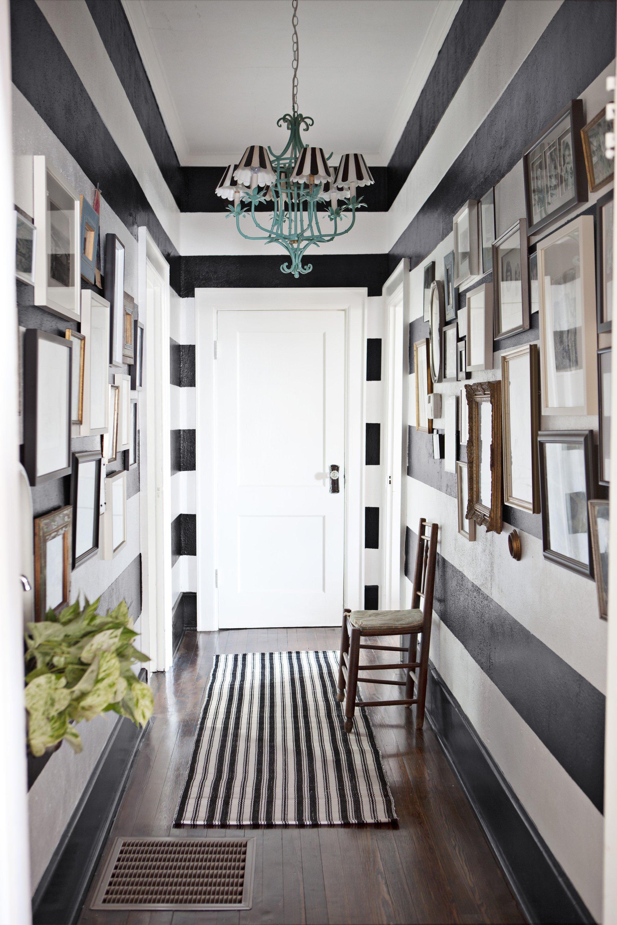 Черно белая полоска в интерьере коридора