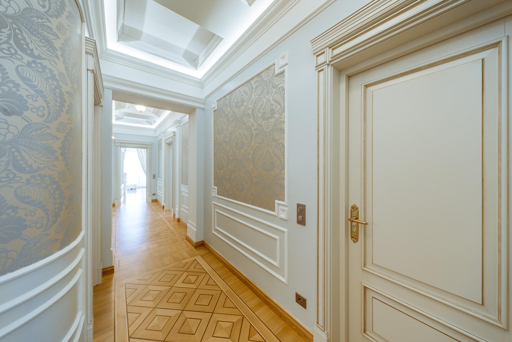 Отделка коридора панелями с позолотой