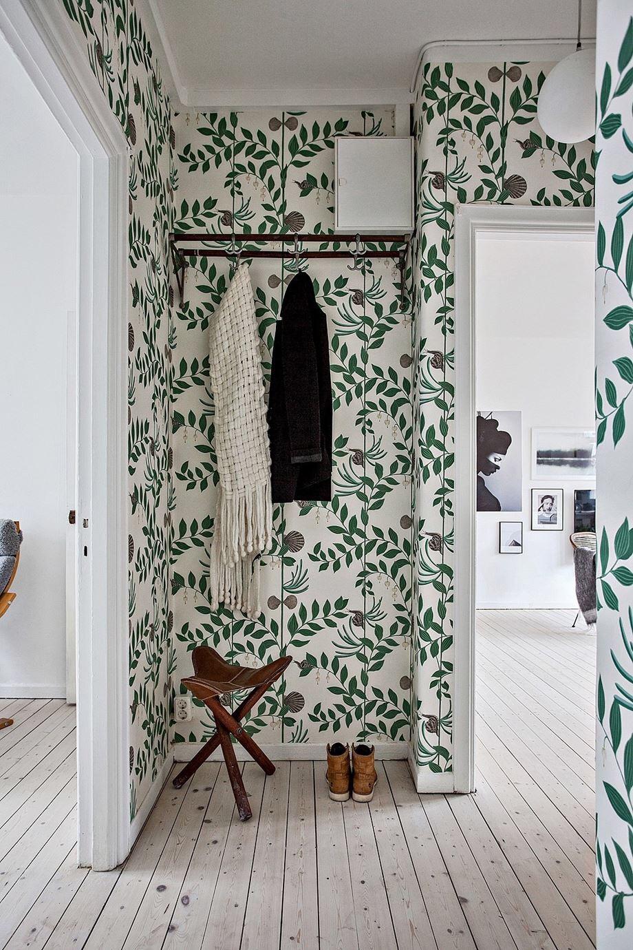 Отделка коридора обоями с растительным рисунком