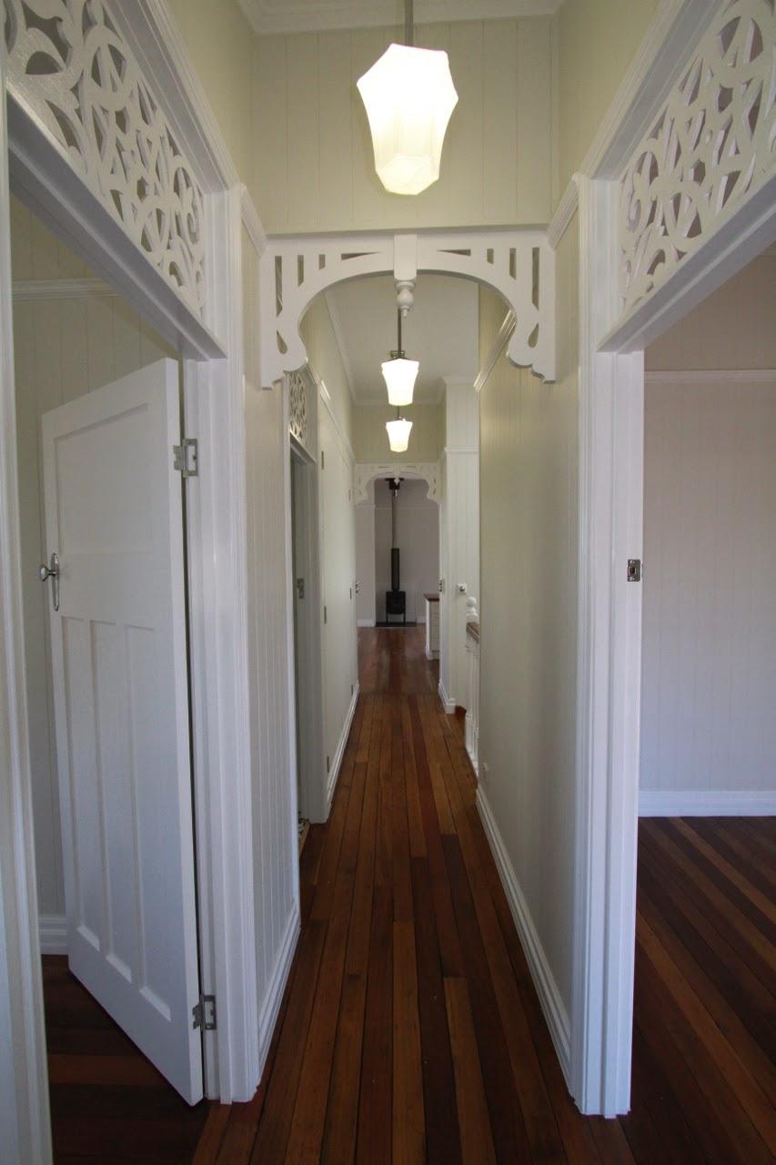 Дизайн коридора с аркой резной