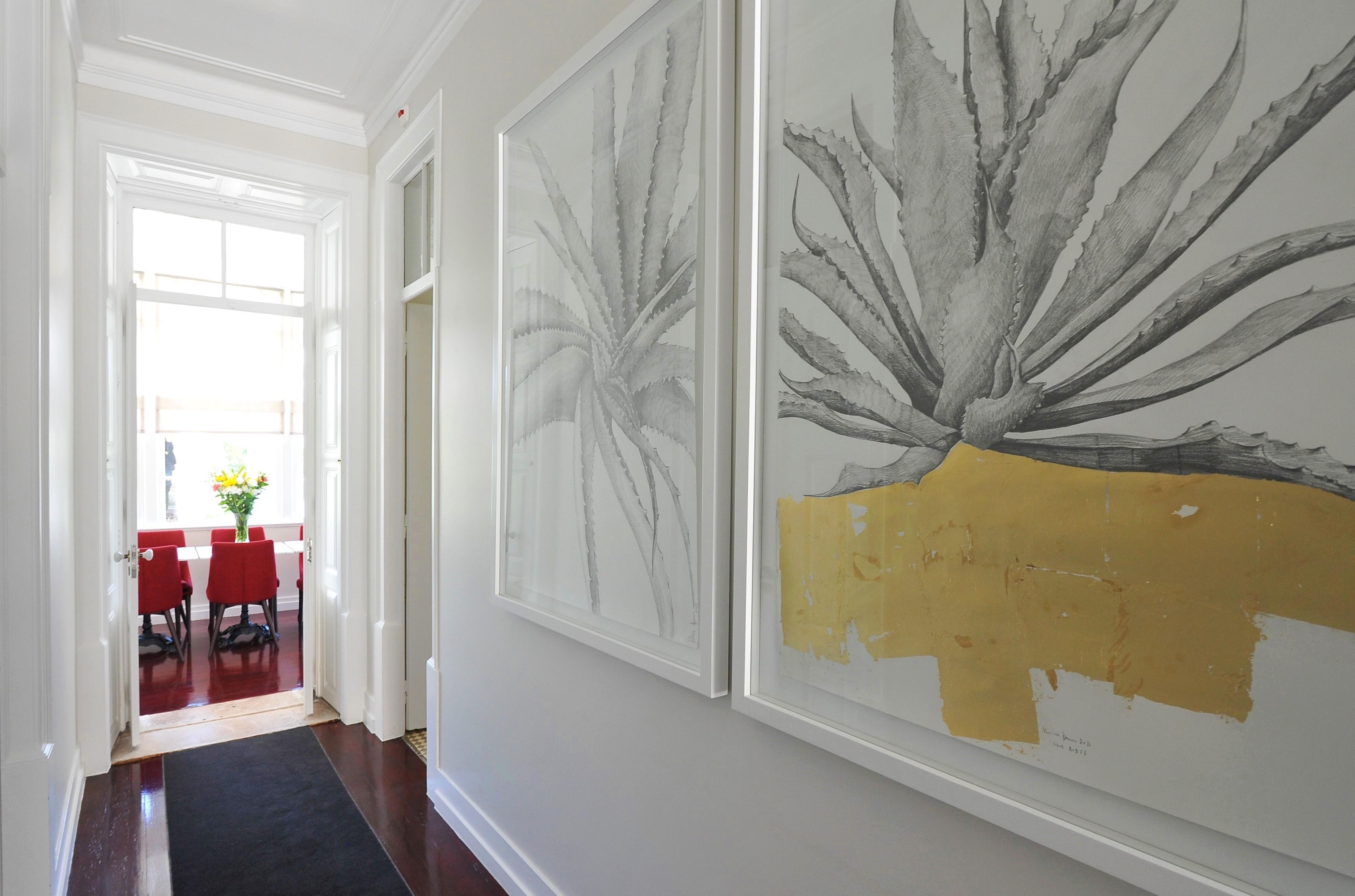 Рисунки в пастельных тонах в интерьере коридора