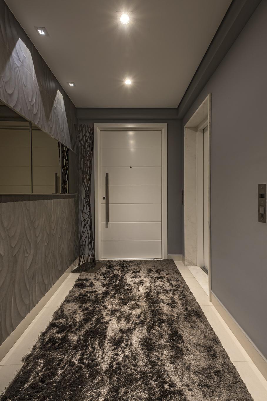 Серый цвет в интерьере коридора