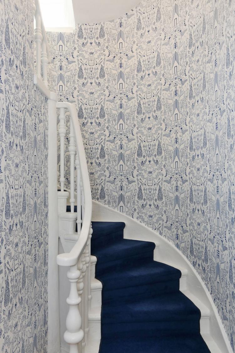 Отделка коридора обоями синими