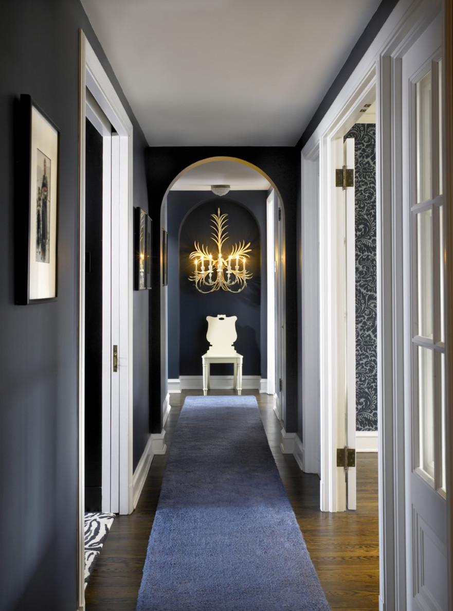 Дизайн коридора с аркой синей