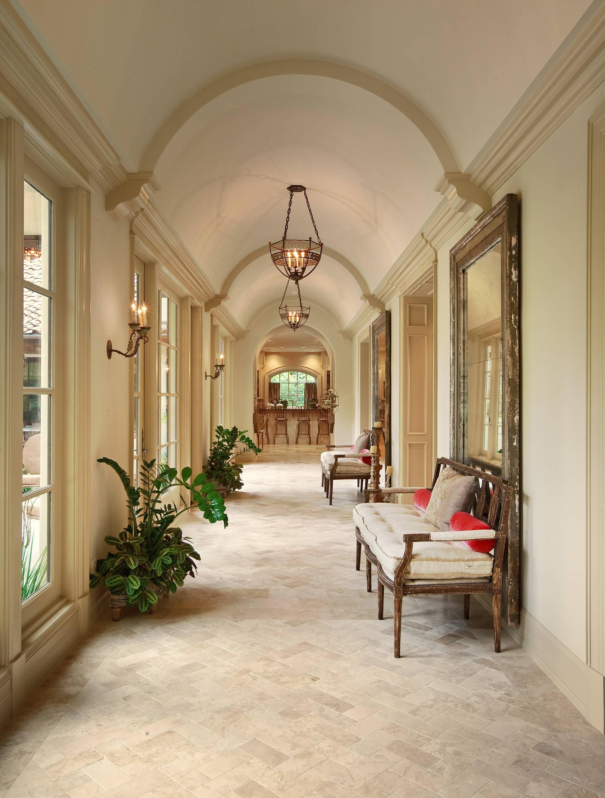 Интерьер коридора со сводчатым потолком