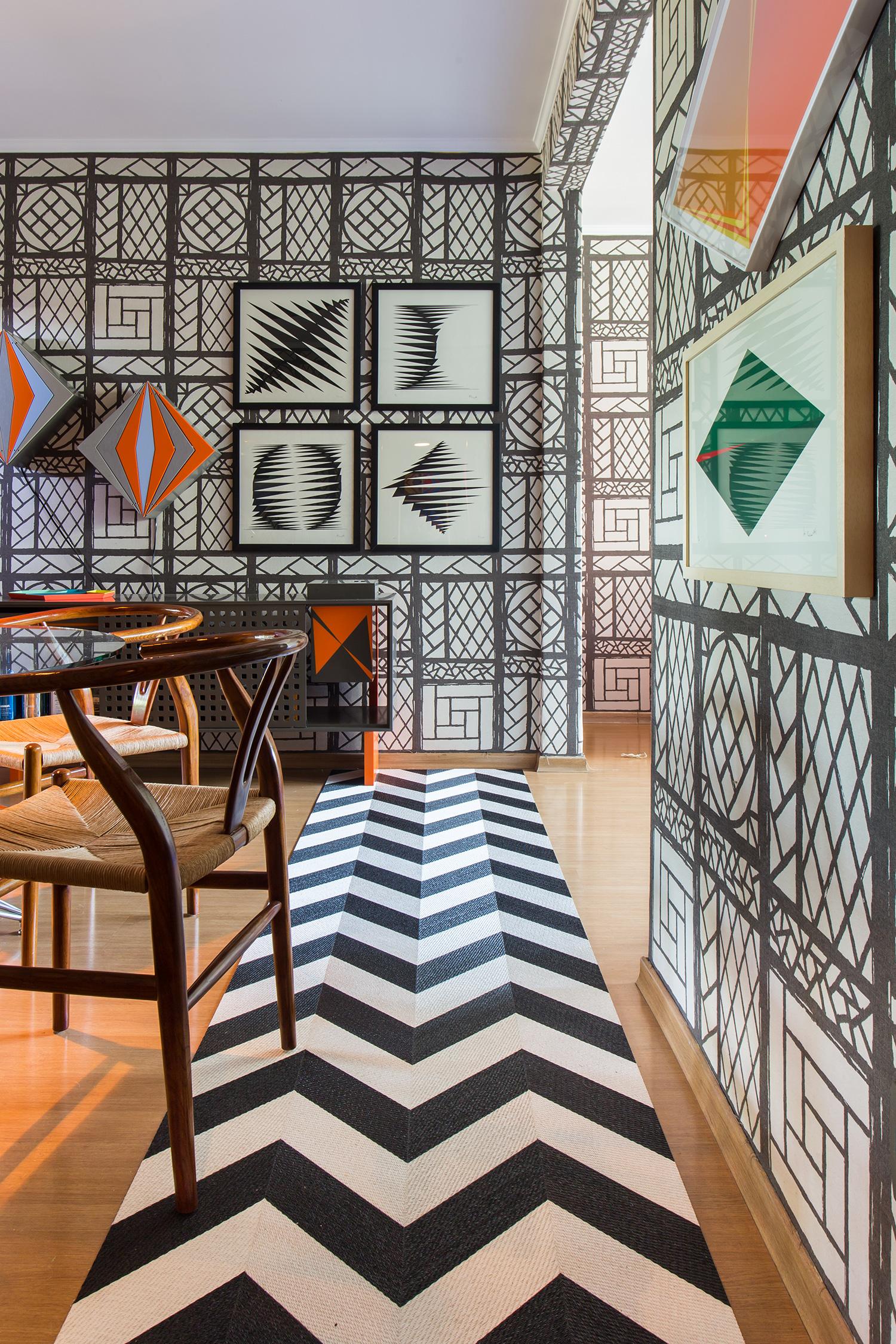 Черно-белый цвет в интерьере коридора в стиле техно