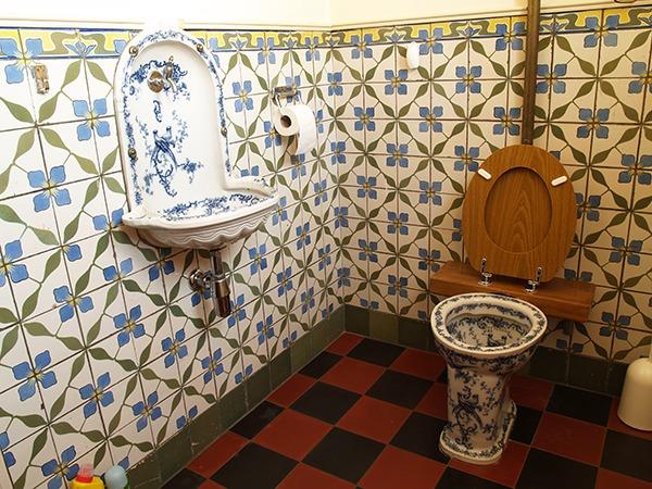Туалет с кафелем