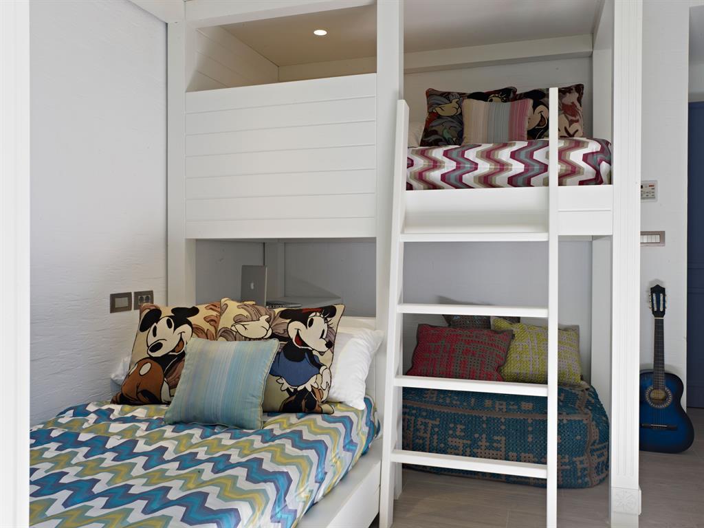 Эконом дизайн детской комнаты с угловой мебелью
