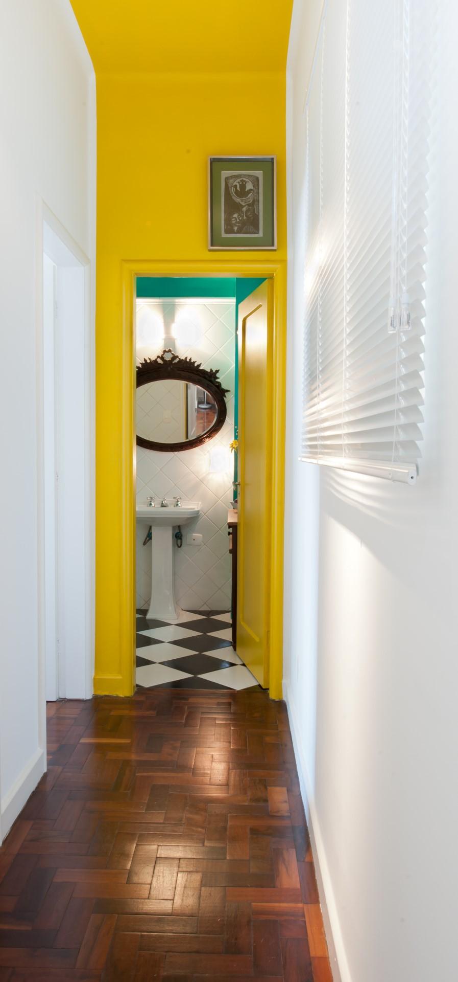 Яркий интерьер коридора