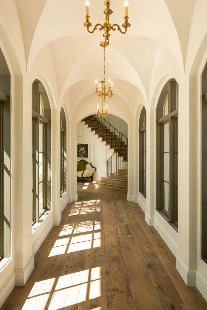 Дизайн коридора с аркой в загородном доме