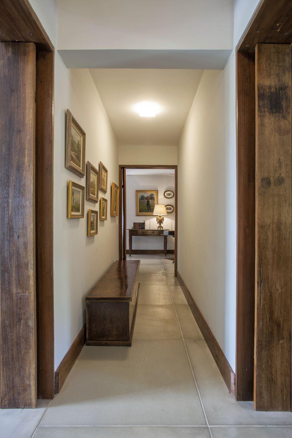 Интерьер коридора загородного дома