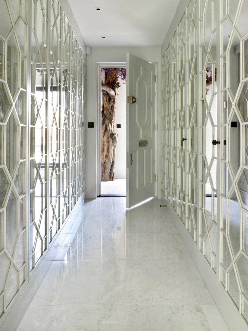 Отделка стен коридора панелями зеркальными
