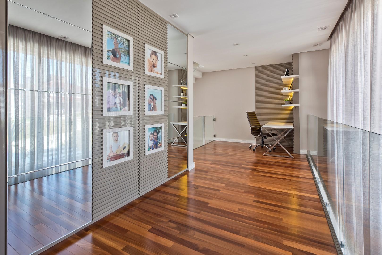Серый цвет в интерьере коридора с зеркалами