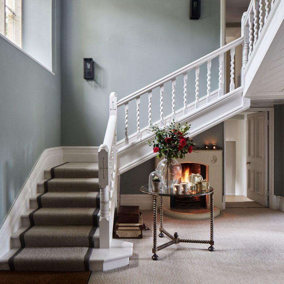Дизайн коридора с лестницей белой