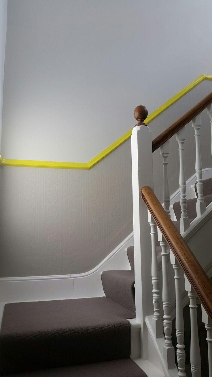 Дизайн коридора с лестницей и желтым бордюром