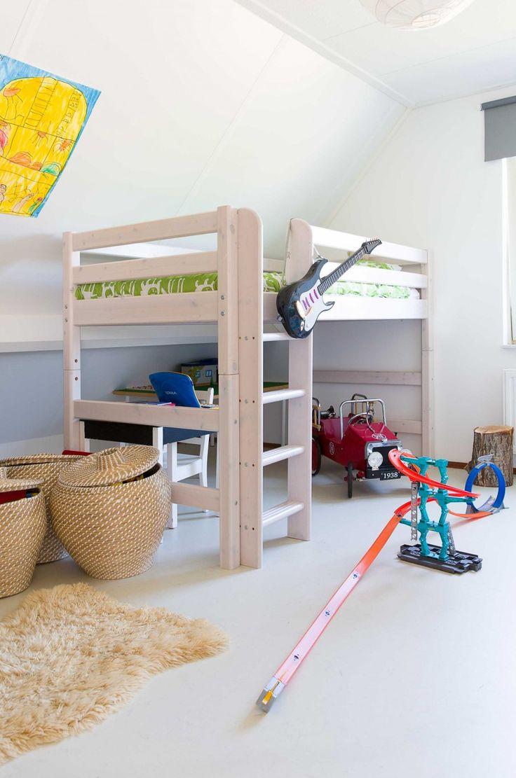 Детская в мансарде с кроватью чердаком