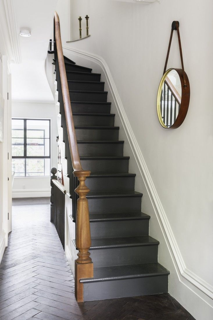 Дизайн коридора с лестницей черной
