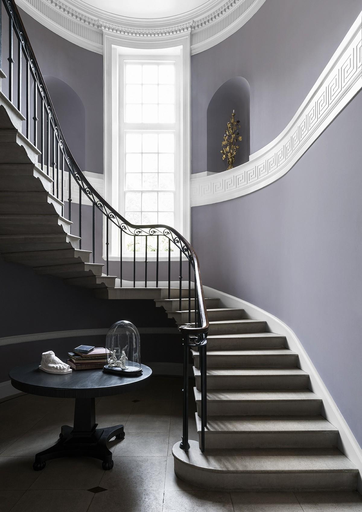 Дизайн коридора с лестницей и чугунными перилами