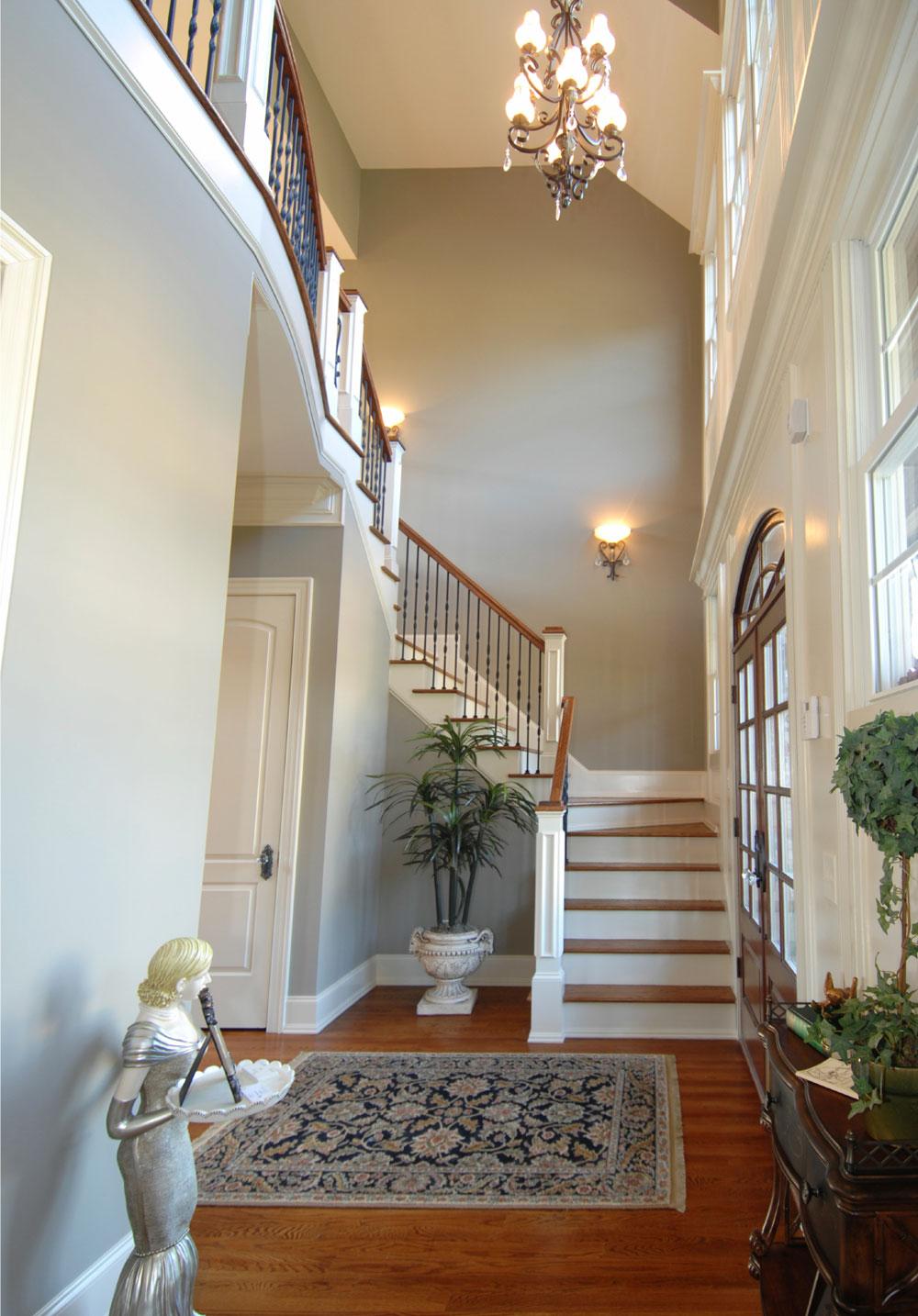 Дизайн коридора с лестницей классической