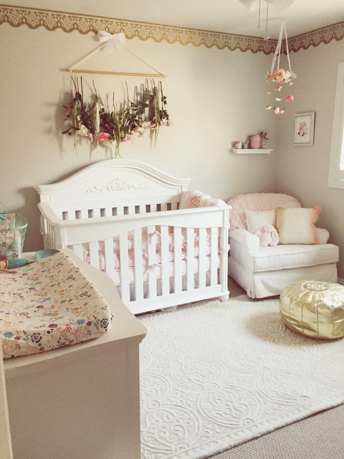 Декор детской кроватки из цветов