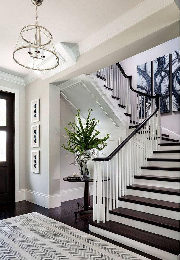Дизайн коридора с лестницей и домашними цветами