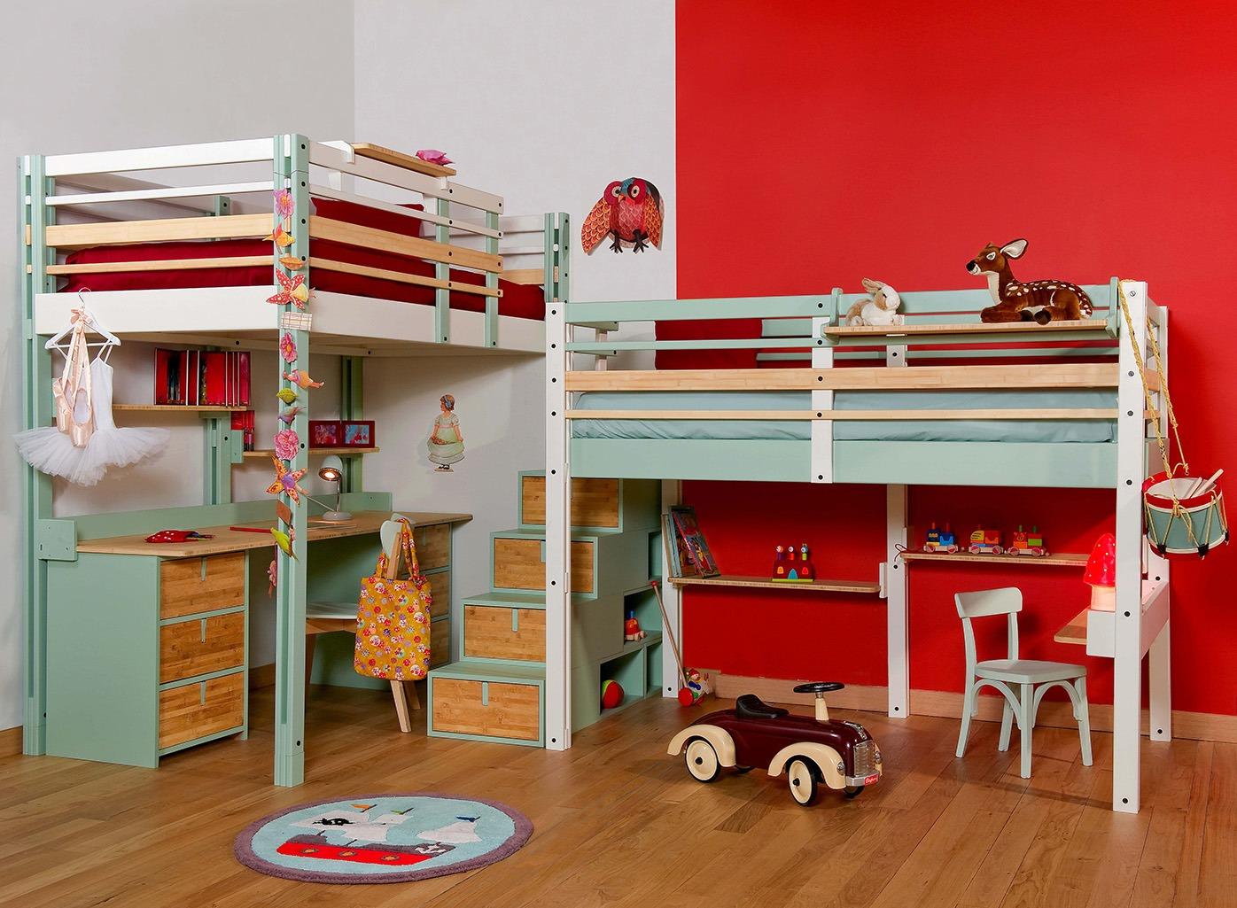 Детская комната для двух мальчиков с деревянной мебелью