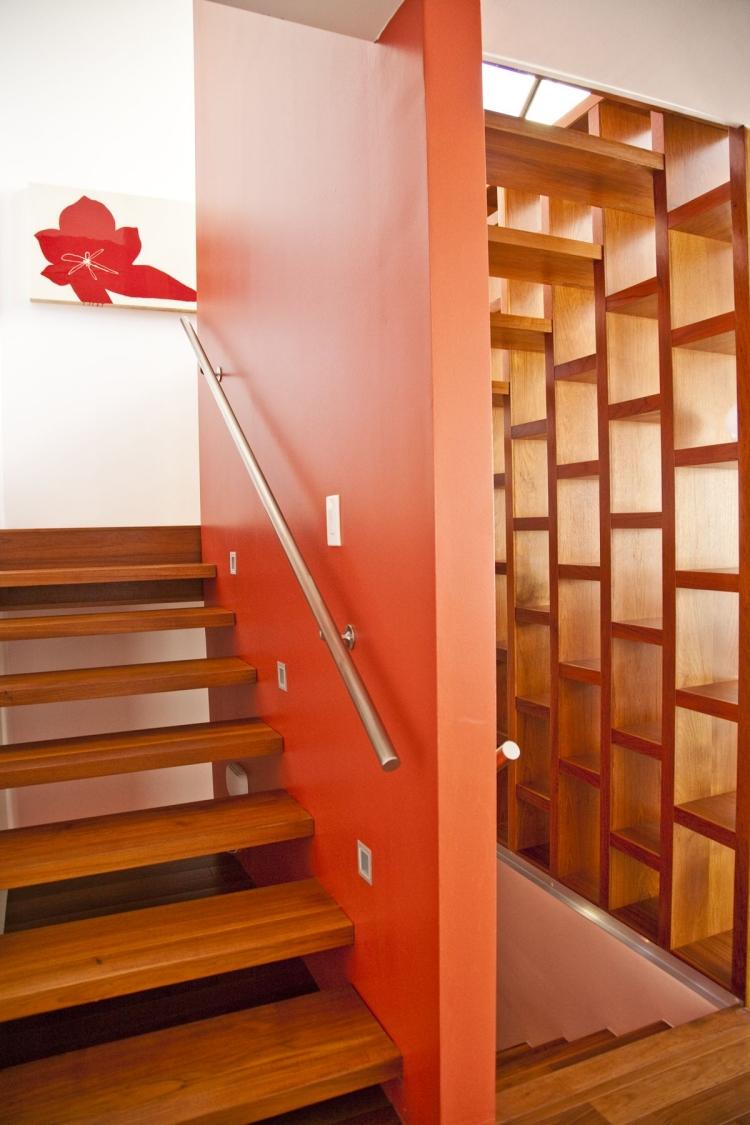 Дизайн коридора с лестницей из дерева